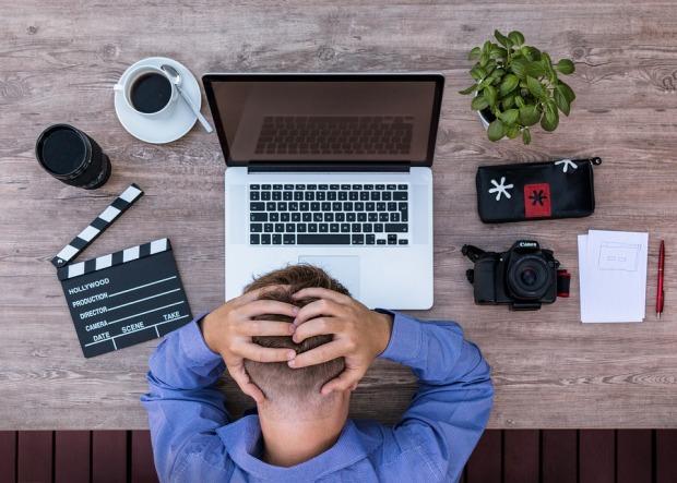 travailleur-independant-epuise-fatigue-concilier-vie-professionnelle-privee-personnelle-esprit-freelance-espritfreelance